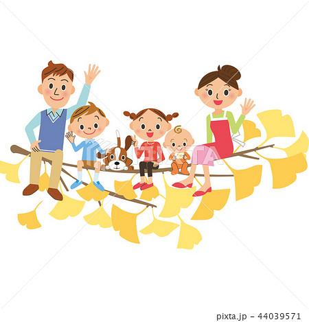 イチョウの木に座る家族 44039571