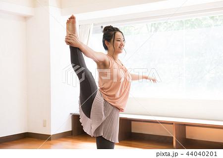 Y字バランスをする若い日本人女性 44040201