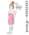 女性 バスタオル 指差しのイラスト 44042493