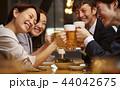 お酒を飲む社会人 44042675