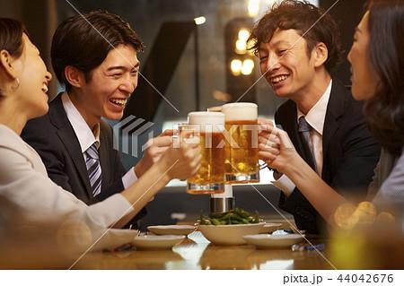 お酒を飲む社会人 44042676