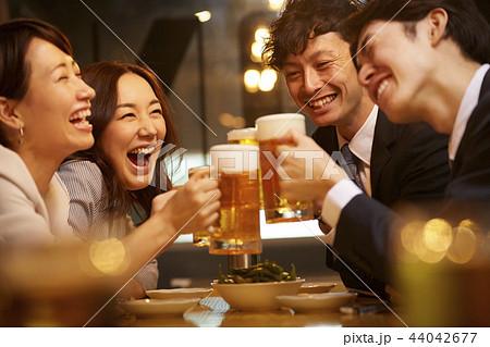 お酒を飲む社会人 44042677