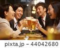 お酒を飲む社会人 44042680