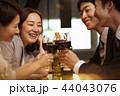 お酒を飲む社会人 44043076