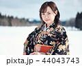 雪の中に立つ着物の女性 44043743