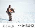 雪の中に立つ着物の女性 44043842