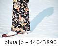 雪の中に立つ着物の女性 44043890