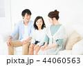 家族 座る ソファーの写真 44060563
