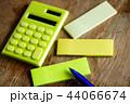 ふせん紙と電卓 44066674