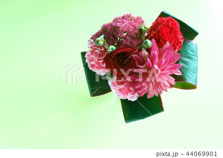 赤い花のブーケ 44069901