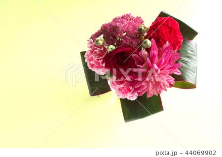赤い花のブーケ 44069902