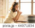 女性 若い女性 喫茶店の写真 44071834
