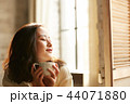 女性 若い女性 喫茶店の写真 44071880