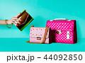 カラフルなバッグたち。金色のパーティバッグとピンクの鞄  44092850