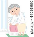 シニア 女性 寒い脱衣所 ヒートショック 44093690