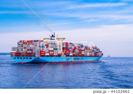 東京湾を航行する巨大コンテナ船 44102662