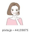 化粧をする女性 パフ おしろい ファンデーション 44139875