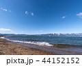 湖越しに見る冬の琵琶湖と雪の比良山系 44152152