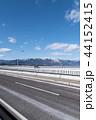 琵琶湖大橋と雪の比良山系 44152415