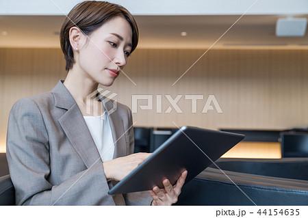 タブレットを持つ女性 44154635