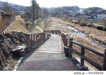 群馬県甘楽郡甘楽町の橋、小川が流れる城下町の美しい田舎の景色 44168836