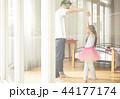 遊んでいる父親と娘 44177174