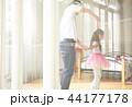 遊んでいる父親と娘 44177178