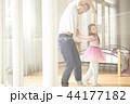 遊んでいる父親と娘 44177182