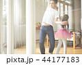 遊んでいる父親と娘 44177183