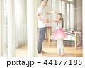 遊んでいる父親と娘 44177185