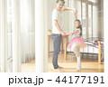 遊んでいる父親と娘 44177191