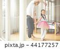 遊んでいる父親と娘 44177257