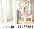遊んでいる父親と娘 44177264