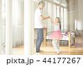 遊んでいる父親と娘 44177267