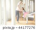 遊んでいる父親と娘 44177276