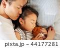 仲のいい父親と娘 44177281