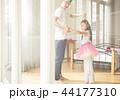 遊んでいる父親と娘 44177310