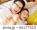 仲のいい父親と娘 44177323