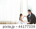ドレスを着た娘と父親 44177339