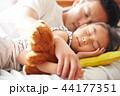 仲のいい父親と娘 44177351