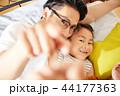 仲のいい父親と娘 44177363