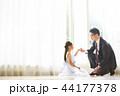 ドレスを着た娘と父親 44177378