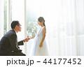 ドレスを着た娘と父親 44177452