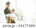 ドレスを着た娘と父親 44177468