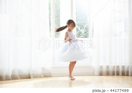 ドレスを着た女の子 44177499
