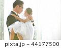 ドレスを着た娘と父親 44177500