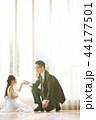 ドレスを着た娘と父親 44177501