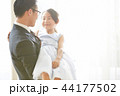 ドレスを着た娘と父親 44177502