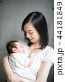 母親 赤ちゃん 抱っこの写真 44181849