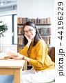 カフェ 女性 読書の写真 44196229